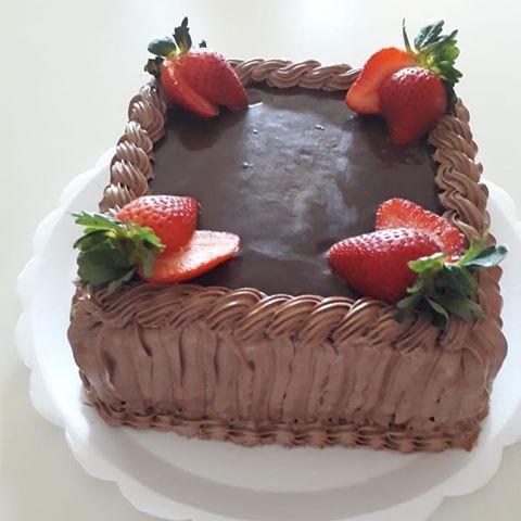 bolo decorado com morango Quadrado