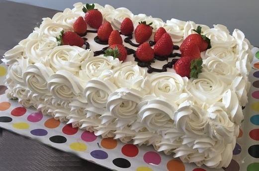 bolo decorado com morango Retangular