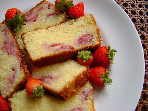bolo decorado com morango Simples