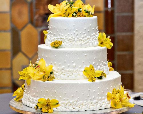 Bolo de Casamento Com Flores Amarelas
