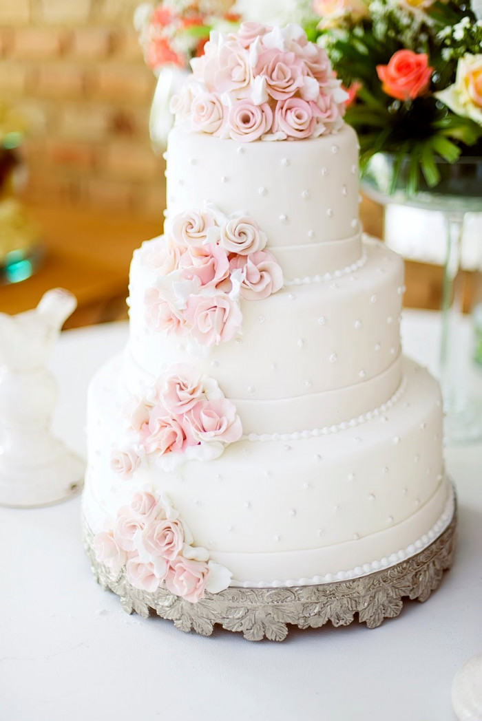 Bolo de Casamento Com Flores Rosas