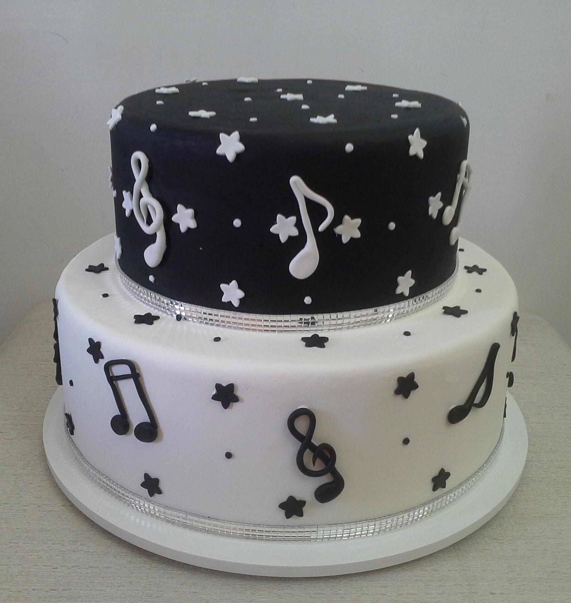 bolo preto e branco Com Notas Musicais