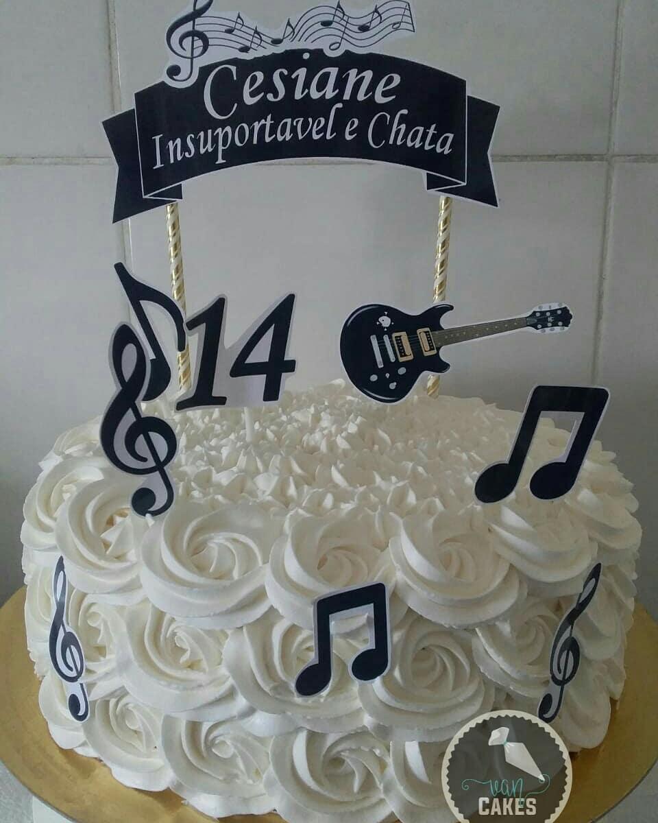 bolo com notas musicais Com Chantilly