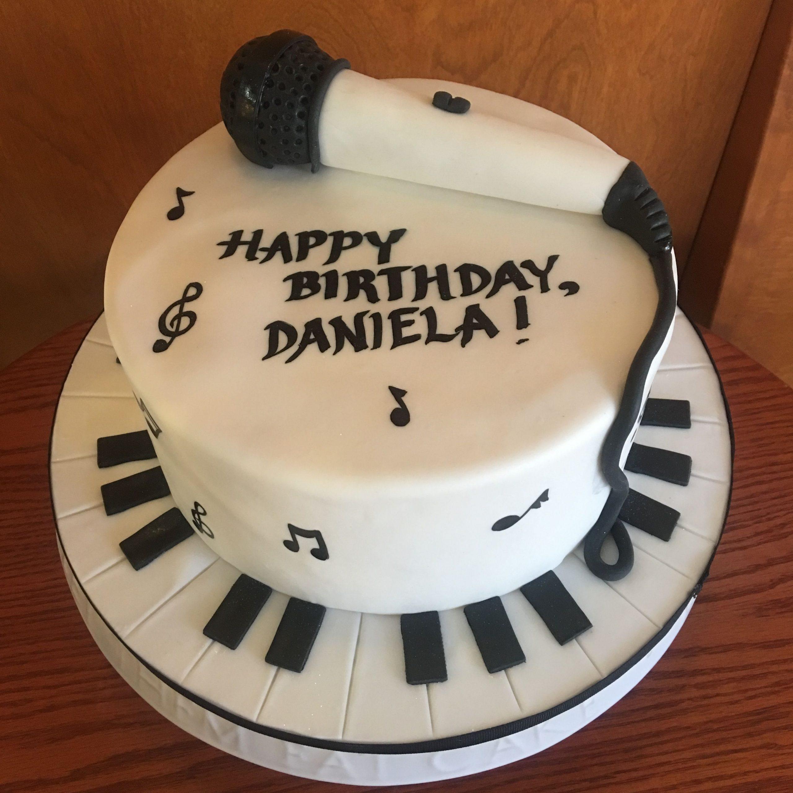 bolo com notas musicais E Microfone