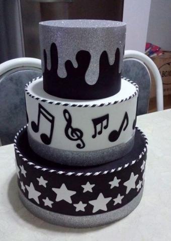 bolo com notas musicais Fake