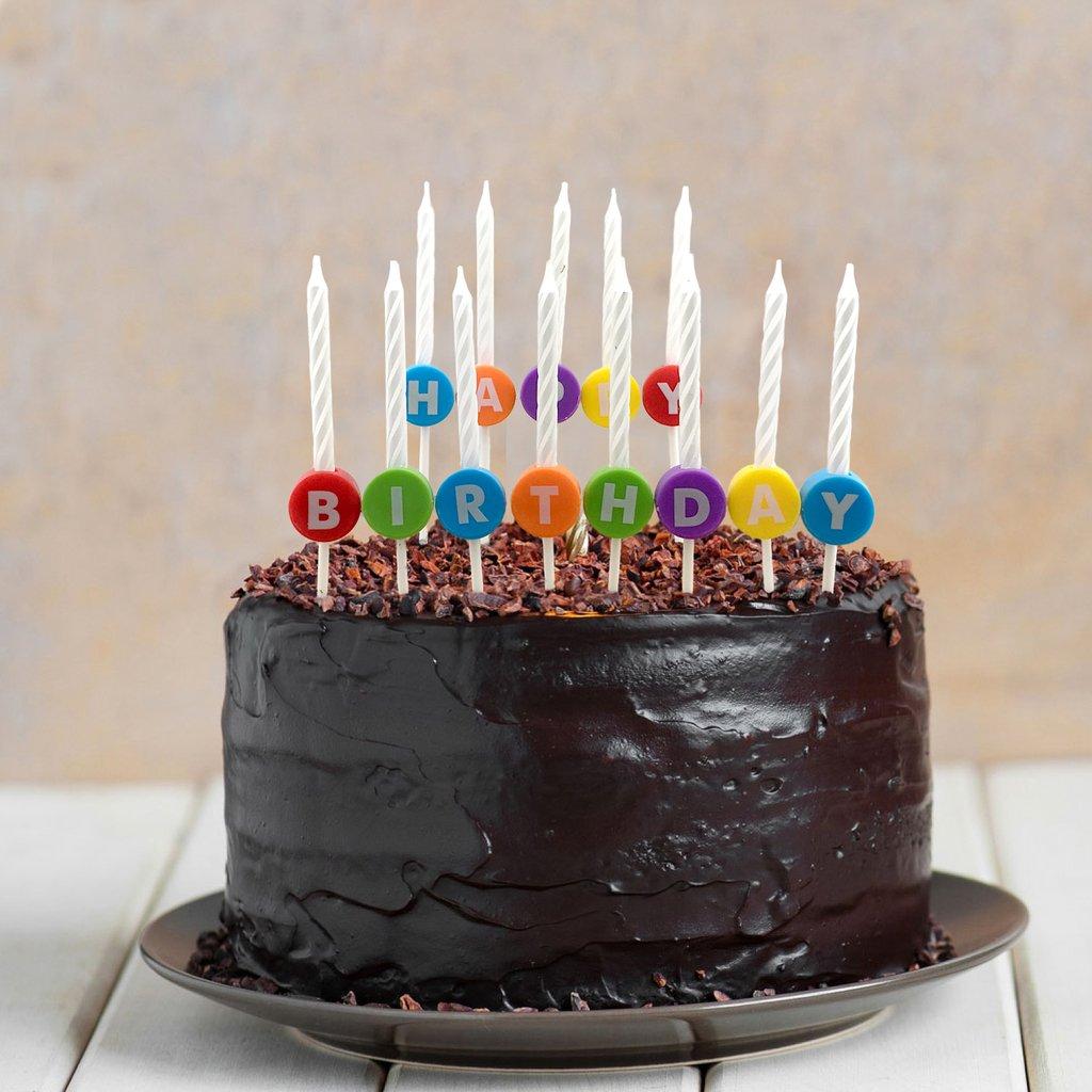 bolo de aniversario simples De chocolate