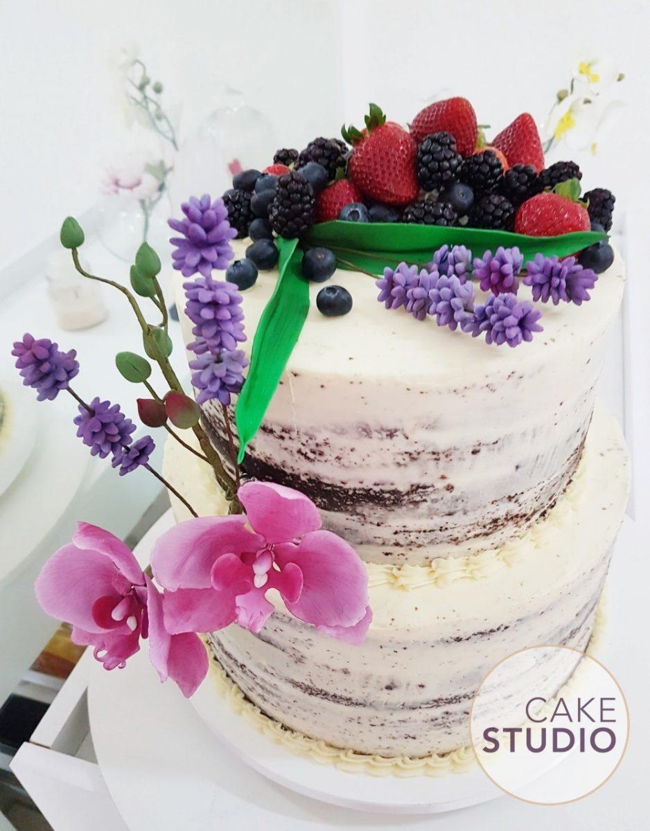 Bolo decorado com frutas E flores