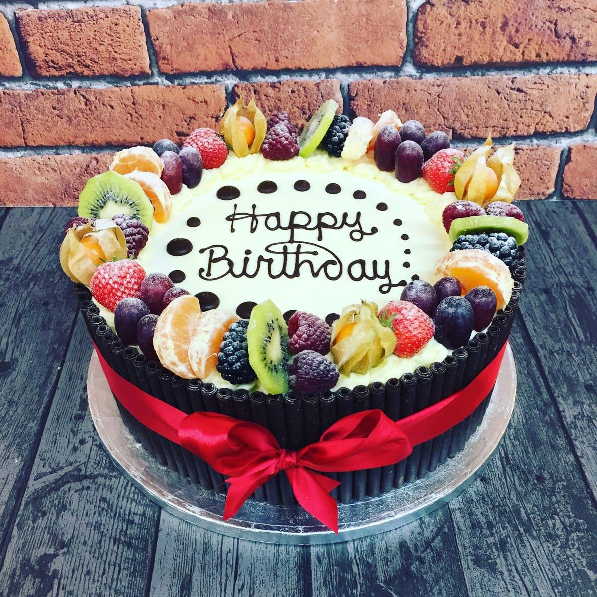 Bolo decorado com frutas Para aniversário