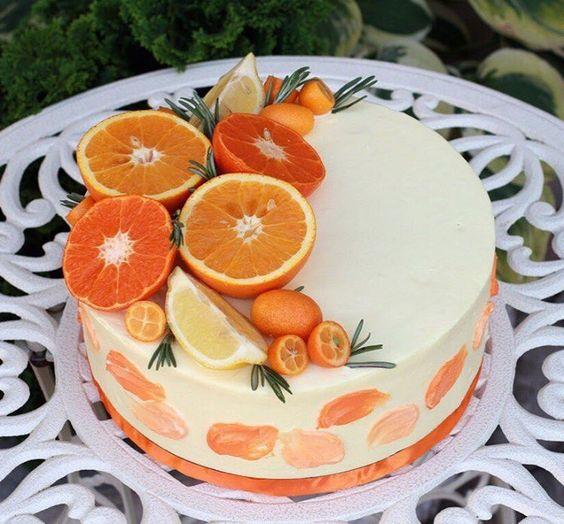 Bolo decorado com frutas Tropicais