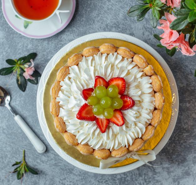 Bolo decorado com frutas Uva e morango