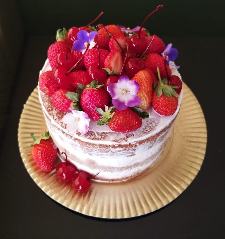 Bolo decorado com frutas Vermelhas
